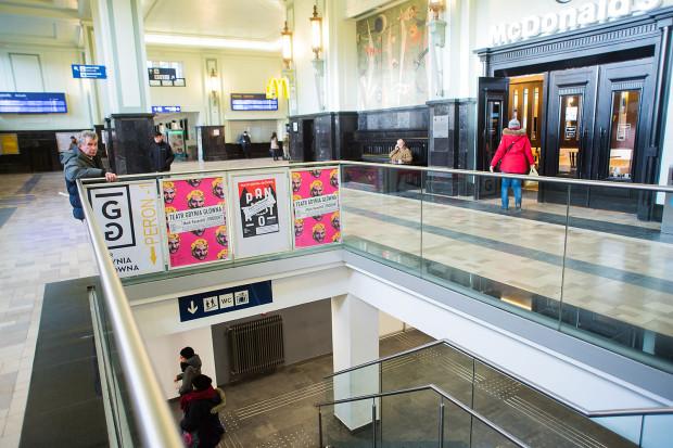 Do Teatru Gdynia Główna osoby niepełnosprawne dostaną się dzięki windzie. Na spektakle przysługują im bilety ulgowe.