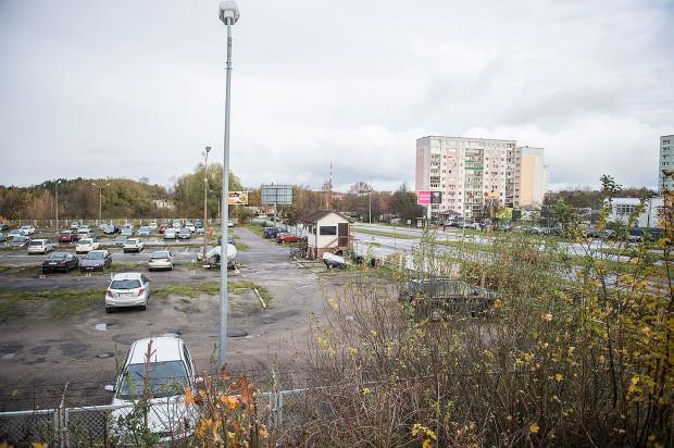 Centrum Handlowe powstanie w miejscu istniejącego parkingu i znajdującego się za nim terenu zielonego w pobliżu ronda łączącego Jaśkową Dolinę z ul. Wileńską.