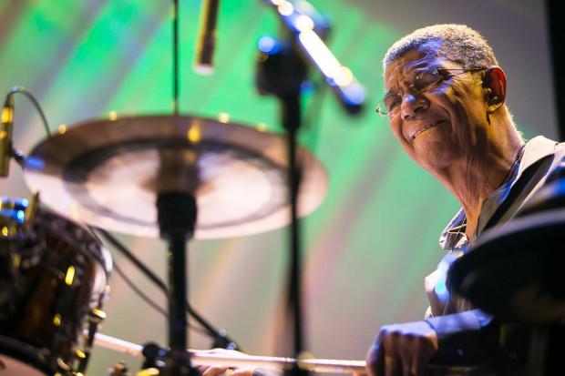 Stary mistrz Jack DeJohnette nadal potrafi się bawić perkusją.