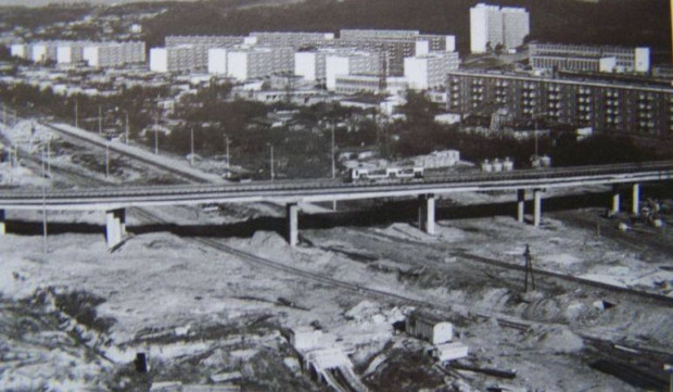 Estakada Kwiatkowskiego w Gdyni, a pod nią przystanek kolejowy Gdynia Obłuże.