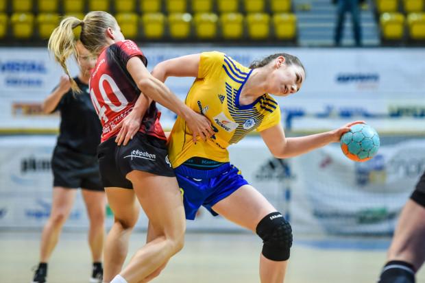 W poprzednim sezonie Vistal przegrał z Pogonią w półfinale play-off. Teraz w Szczecinie doznał pierwszej porażki w tym sezonie ligowym. Na zdjęciu Monika Kobylińska i Daria Zawistowska.