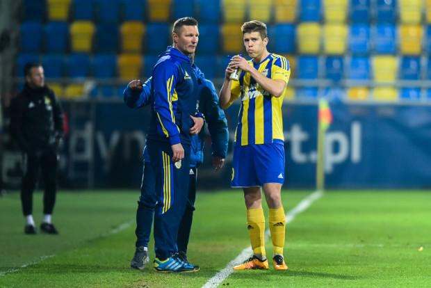 Michał Marcjanik (z prawej) jeszcze w niedzielę nie wróci na boisko. Jednak trener Grzegorz Niciński (z lewej) wierzy, że pozostali piłkarze Arki będą potrafili zgryźć twardy orzech, za jaki uznaje Termalikę.