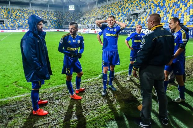 Piłkarze Arki Gdynia po przegranej z Termaliką Nieciecza rozmawiali m.in. z kibicami. Marcus (pierwszy z prawej) strzelił najszybszego gola w tym sezonie dla żółto-niebieskich, ale i to nie pomogło, by przełamać serii meczów bez wygranej.
