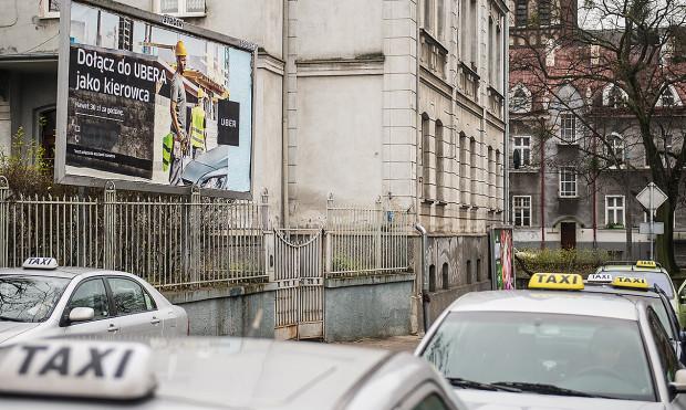 Wojna billboardowa to kolejna odsłona konfliktu między kierowcami Ubera a taksówkarzami zrzeszonymi w korporacjach.