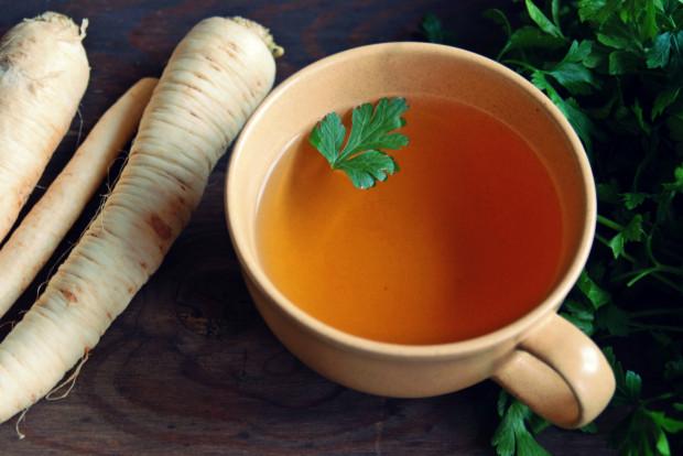 """""""Herbatę pietruszkową"""" możemy przygotować zarówno z liści, jak i korzenia pietruszki. Oba jej warianty posiadają niezwykle cenne właściwości korzystnie wpływające na zdrowie i urodę."""
