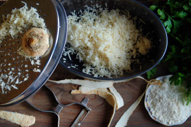 Pietruszka może stanowić nie tylko bazę dań w kuchni. Jej nadmiar zawsze możecie wykorzystać w postaci maseczki - w jednej z wielu wersji, np. z mąką i sokiem z cytryny.