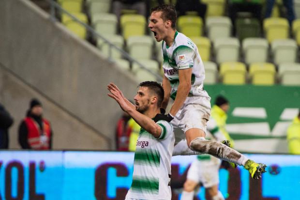 Grzegorz Kuświk (z lewej) po strzeleniu 50 gola w ekstraklasie. Z gratulacjami jako pierwszy pospieszył Lukas Haraslin.