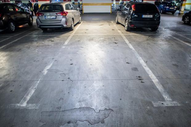 Miejsca parkingowe powinny mieć wymiary nie mniejsze niż 2,3 x 5 metrów. W wielu obiektach te wymiary są mocno naciągane.