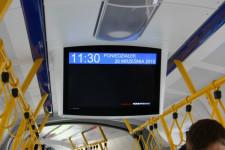 Nad głowami pasażerów zainstalowano ekrany, na których będą prezentowane zapowiedzi przystanków wraz z ich lokalizacją na mapie. To pierwsze rozwiązanie tego typu w Polsce.