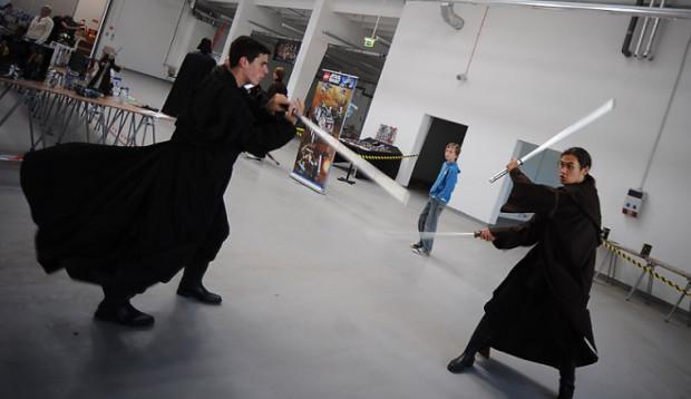 Pokazy walk na miecze świetlne to jedna z atrakcji gdańskiej wystawy.