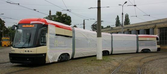 Pierwszy spośród 35 tramwajów, jakie Gdańsk zamówił w Bydgoszczy, właśnie dotarł do zajezdni we Wrzeszczu.