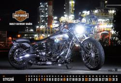 Harley-Davidson Breakout na tle rafinerii to bohater stycznia.