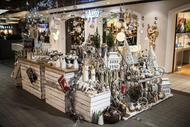 W sklepach z prezentami na każdą okazję znajdziemy szeroki wybór prezentów tematycznych na prawie wszystkie święta: Boże Narodzenie, Wielkanoc, urodziny itp.