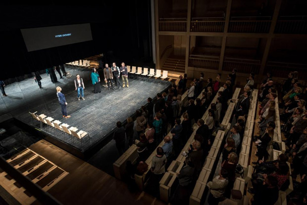 """Zaśpiewanego przez aktorów hymnu Ukrainy w trakcie """"Dzienników Majdanu"""" publiczność odsłuchała na stojąco. Hymn Unii Europejskiej nikogo z siedzeń nie poderwał."""