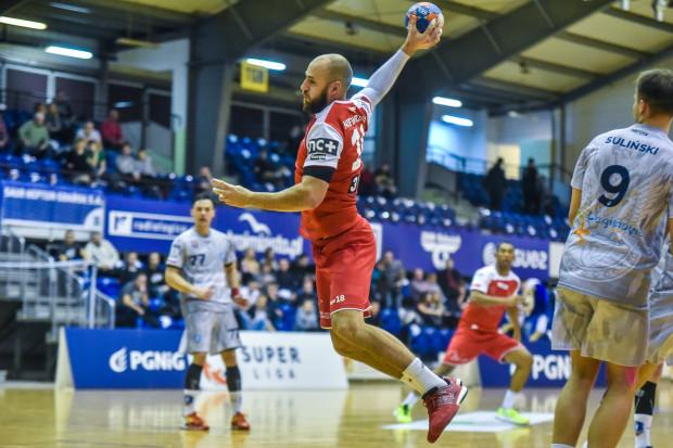 Dla Pawła Niewrzawy sobotni mecz z KPR był debiutem w barwach Wybrzeża. Rozgrywający do seniorskiej kariery startował w SMS Gdańsk. Ostatnio występował w Górniku Zabrze.