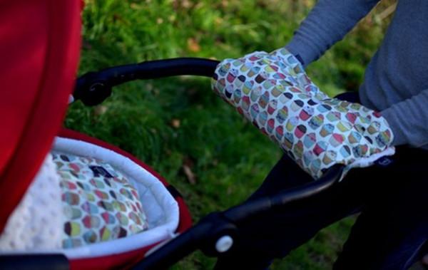 Na jesienne czy zimowe spacery doskonale nadają się mufki, rękawice na wózek chroniące dłonie przed zimnem.