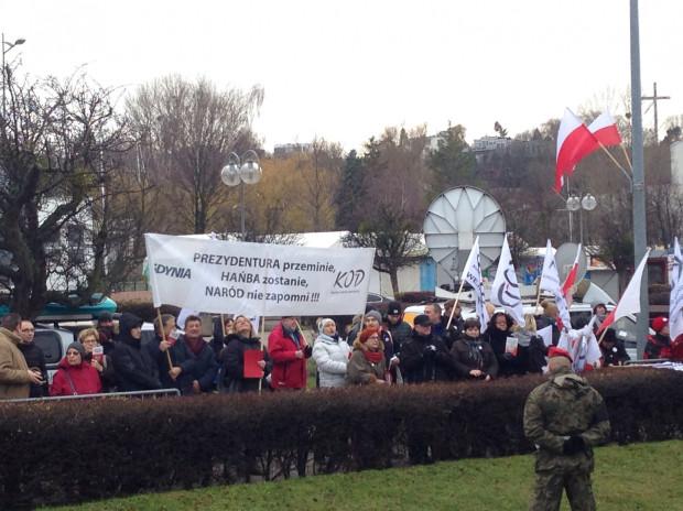 Działacze Komitetu Obrony Demokracji protestują na Skwerze Kościuszki.