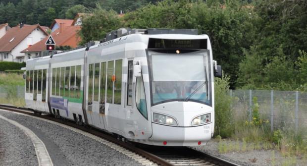 Tramwaj dwusystemowy elektryczno - spalinowy w niemieckim Kassel.