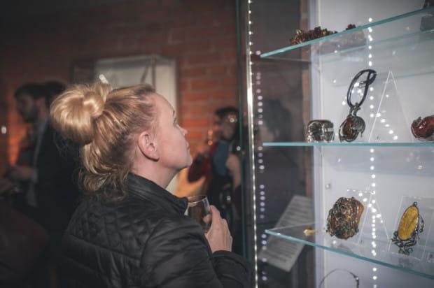 Nowe nabytki Muzeum Bursztynu wzbogacą kolekcję nowoczesnej, designerskiej biżuterii w tej placówce.