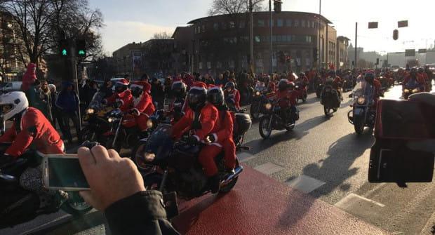 Tradycyjnie już na trasie Mikołajom towarzyszyły tłumy osób.