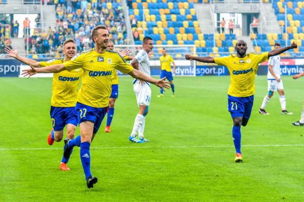 Yannick Sambea (nr 21) uważa, że kluczem do zwycięstwa było to, że piłkarze Arki byli na boisku razem. Na zdjęciu obok Dariusza Zjawińskiego (nr 22) i Mateusza Szwocha, którzy z Ruchem wchodzili na murawę jako rezerwowi.
