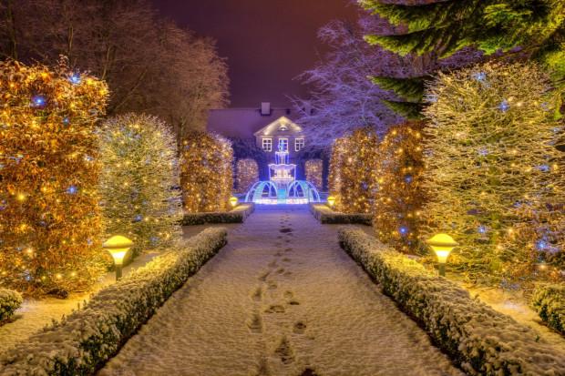 Świąteczne iluminacje w folwarku Saltzmana, na terenie parku Oliwskiego.