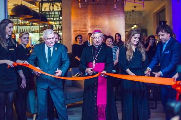 Uroczyste otwarcie Hotelu Sopot - Lech Wałęsa, abp Sławoj Leszek Głódź, Anna Oworuszko-Cichowska oraz Jacek Karnowski przecinają wstęgę.
