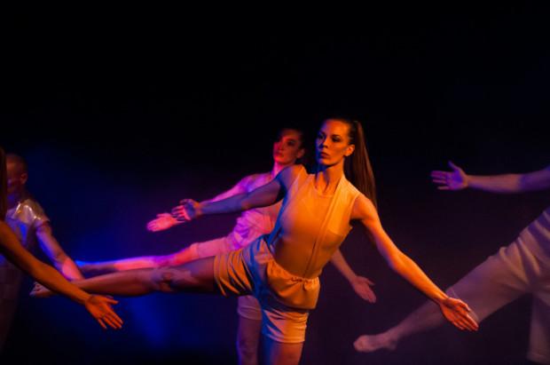 Efektownie wypadają dynamiczne sceny zbiorowe, w ciekawej choreografii Joanny Czajkowskiej. Na pierwszym planie Kalina Porazińska.