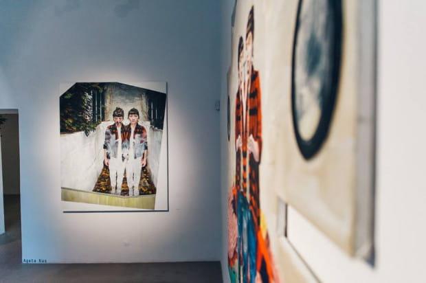 """W ramach wystawy """"Druga skóra"""" zobaczymy m.in. wielkoformatowe obrazy Agaty Kus."""