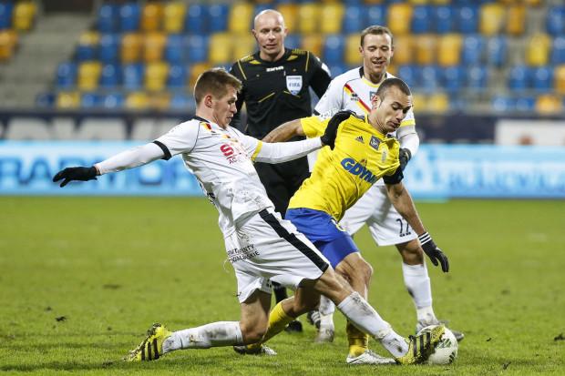 Szymon Marciniak nie chciał być w tle piłkarzy Arki Gdynia i Jagiellonii Białystok. To kontrowersyjne decyzje arbitra są najmocniej komentowane po meczu.