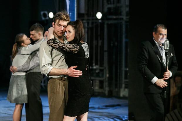 """W kwietniu spektakl """"Czyż nie dobija się koni?"""" na Dużej Scenie przygotował znany w Trójmieście z owocnej pracy w Teatrze Muzycznym Wojciech Kościelniak."""