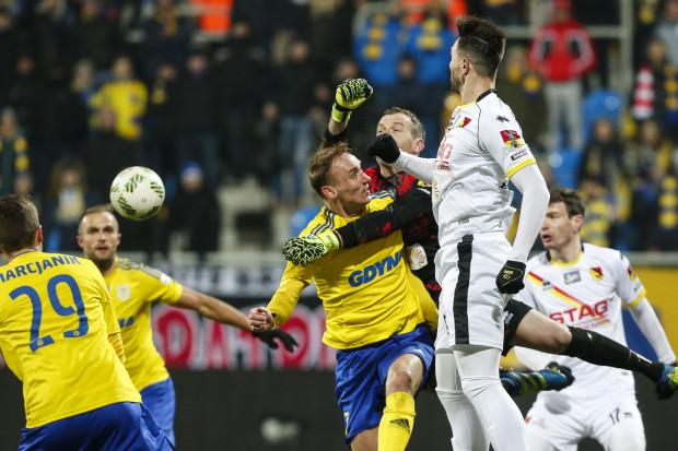 Adam Marciniak (w środku) na boisku nie odstawia nogi, a gdy trzeba to i głowę narazi na zderzenie z pięściami bramkarza rywali.