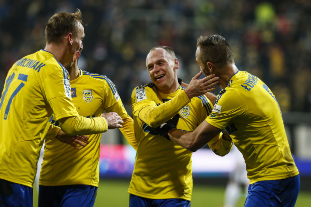 Rafał Siemaszko (drugi z prawej) ma patent na Śląsk Wrocław. Strzelał gole w obu meczach tego sezonu z tą drużyną, a w Arka i u siebie, i na wyjeździe wygrała po 2:0.