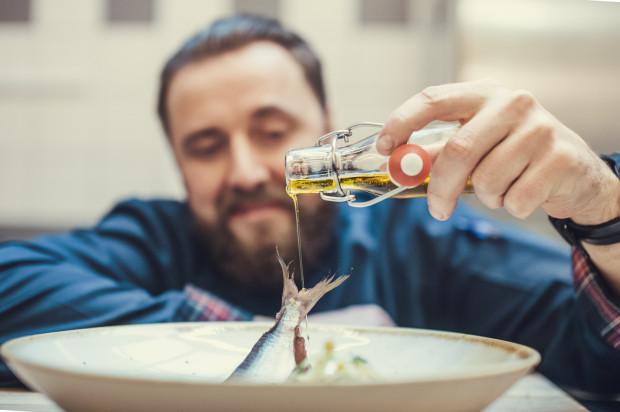 Na wigilijnym stole Krzysztofa Kowalczyka zawsze pojawia się śledź. Czytelnikom portalu Trojmiasto.pl polecił go zamarynować oraz zestawić z drożdżowymi placuszkami z makiem, musem z buraków oraz sałatką z jabłka i pietruszki.