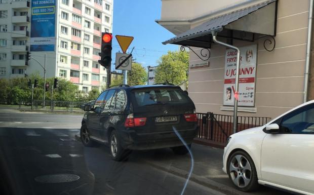 Niewłaściwie zaparkowane bmw prezesa TVP.