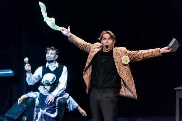 """Tomasz Więcek (po prawej) w """"Prawdziwej historii śmiechu"""" robi, co może - czaruje publiczność, śpiewa, tańczy, zagaduje, ale bez spektakularnych rezultatów."""