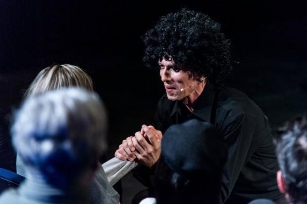 """Pomimo dobrego kontaktu z widzami aktorowi nie udaje się porwać publiczności. Na zdjęciu podczas utworu """"Mammy"""" z filmu """"Śpiewak jazzbandu""""."""