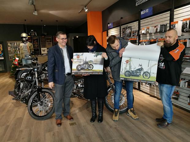 Kolekcjonerskie kalendarze H-D odebrali przedstawiciele Urzędu Miasta oraz Sztabu działającego przy Regionalnym Centrum Wolontariatu w Gdańsku.