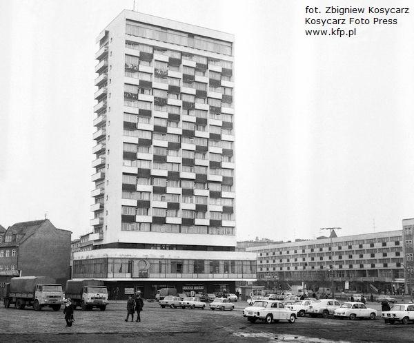 Budynek Olimp, zwany też Dolarowcem, widziany z miejsca, w którym dziś stoi Centrum Handlowe Manhattan. Zdjęcie wykonane w 1976 roku.