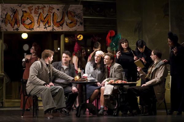 """Najlepszym artystycznym akcentem 2016 roku w Operze Bałtyckiej była """"Cyganeria"""" w reż. Karen Stone. Jednak wydarzenia artystyczne przyćmiły problemy wewnątrz instytucji, strajk, spór starego i nowego dyrektora ze związkami zawodowymi i chęć odwołania tego drugiego po dwóch miesiącach urzędowania."""
