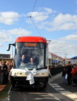 Prezentacja nowego tramwaju podczas sobotniego festynu na Chełmie. Za sterami PESY prezydent Paweł Adamowicz.