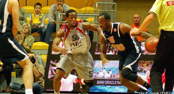 Bobby Brown (z piłką) w meczu o trzecie miejsce turnieju Back to Basket z Lietuvos Rytas Wilno okazał się najlepszym graczem Asseco Prokom Gdynia.