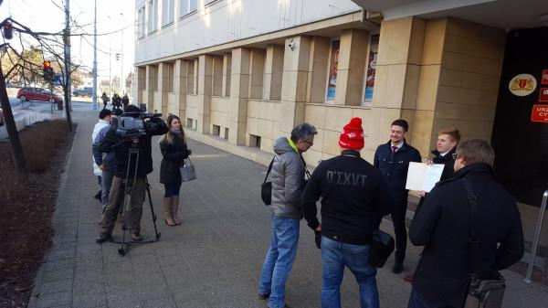Protestujący domagają się wyciągnięcia konsekwencji wobec wiceprezydenta Grzelaka i odwołania go ze stanowiska.