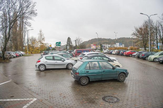Parking przy SKM Redłowo szybko się zapełnia.