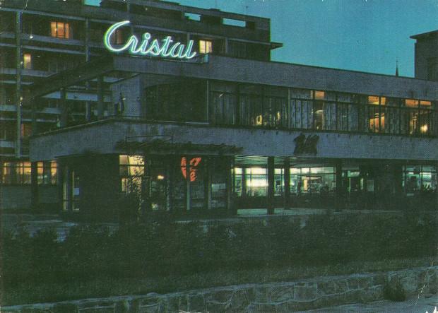 Restauracja Cristal na pocztówce z lat 60. XX wieku. Widoczny neon jako jedyny zachował się do dziś i po gruntownej renowacji w 2011 roku wciąż jest eksponowany w tym samym miejscu.