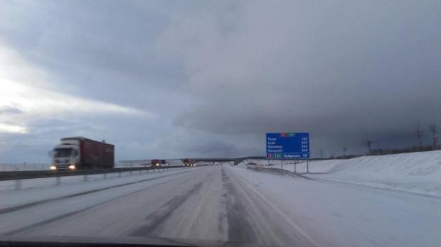 Śnieg na jezdni autostrady A1.