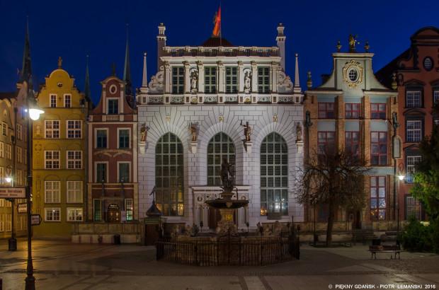 Dwór Artusa to jedyny obiekt Muzeum Historycznego Miasta Gdańska, przystosowany do zwiedzania przez osoby niepełnosprawne, poruszające się na wózkach. W ciągu roku może dołączyć do niego Ratusz Głównego Miasta.