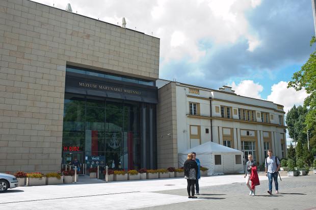 Gmach Muzeum Marynarki Wojennej także jest przystosowany do zwiedzania przez osoby niepełnosprawne. Gorzej rzecz się ma z wystawą plenerową. ORP Błyskawica niestety, nie jest dostosowana do potrzeb osób z dysfunkcją ruchu czy wzroku.