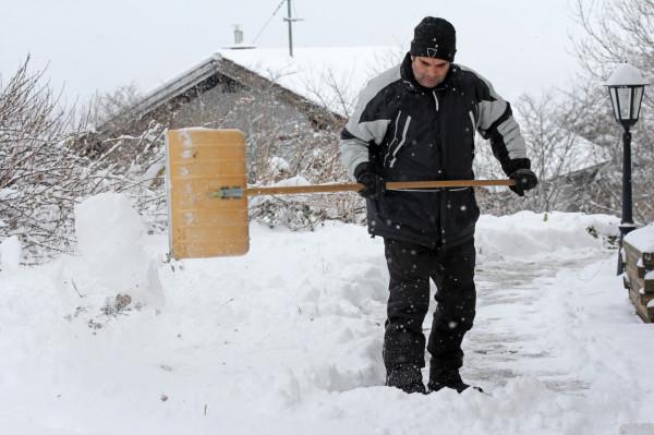 Dla właścicieli nieruchomości opady śniegu oznaczają dodatkowe obowiązki. Za nieodśnieżenie chodnika można dostać 100 zł mandatu.