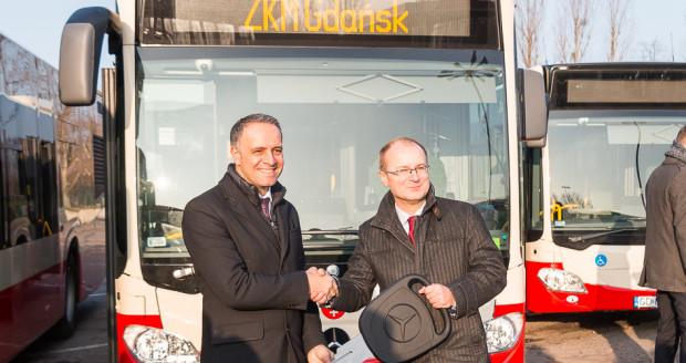 Maciej Lisicki (po prawej) podczas oficjalnego przekazania nowych Mercedesów w grudniu 2016 r. Na tej uroczystości nieobecny był już Jerzy Zgliczyński, który przebywał wówczas na urlopie.